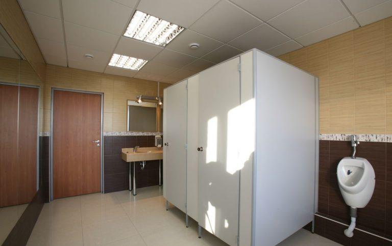 Особенности санитарных кабинок и сантехнических перегородок
